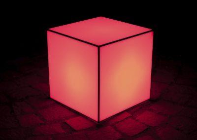 cubo de metacrilato con luces rojas