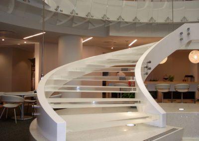 escaleras blancas hechas de metacrilato